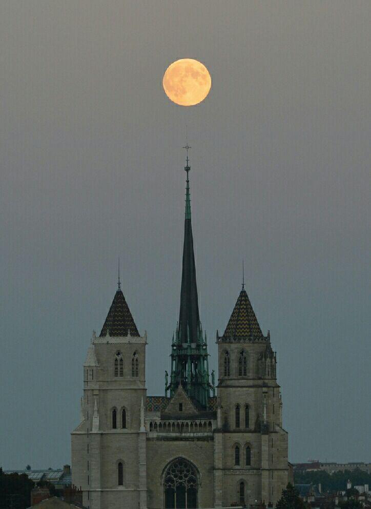 La espectacular luna de hoy capturada por Jean Baptiste Feldmann desde Dijon, Francia pic.twitter.com/sB07JkvBZp