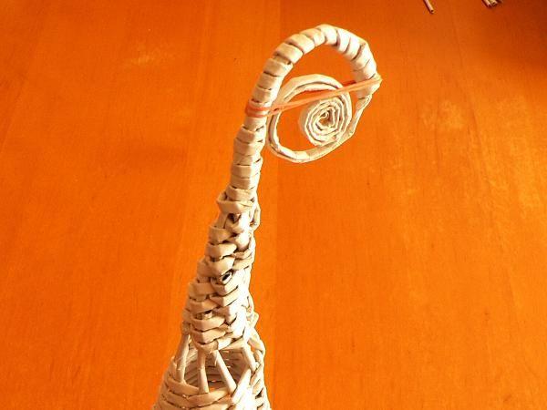 Na záver môžeme všetky zvyšné ruličky zviazať a zastrihnúť alebo vytvarovať napríklad do takéhoto slimáčika. Zlepíme ho a počas sušenia zaistíme gumičkou.