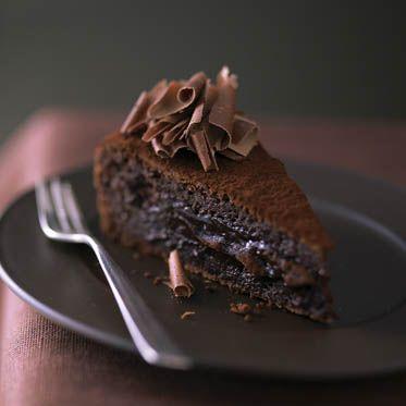Schokolade macht glücklich. War der tolle Kuchen für M.'s Mama (nur ohne Sahne u. Gelee, dafür bisschen Mehl und etwas Buttermilch)