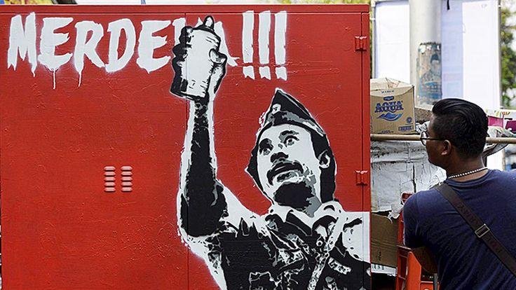 Mural bertema  kemerdekaan di tembok salah satu bangunan di Jakarta, Sabtu (22/8). Keberadaan mural tersebut, selain menyemarakkan peringatan Hari Ulang Tahun Ke-70 Kemerdekaan  Republik Indonesia, juga mengingatkan peran sejumlah tokoh dalam kemerdekaan Indonesia.