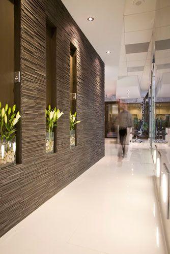 sobre pasillo del lado izq. tabla chocolate, con lateral de palitos o piedra, simulando el muro, en esa tabla poner jarrones