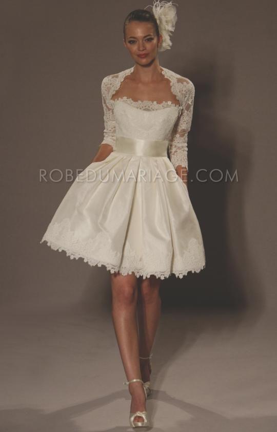 Robe de mariée courte pour mariage civil cliquez : http://www.robedumariage.com/robe-sans-bretelle-agrementee-de-ruban-et-de-dentelles-mi-longue-en-satin-product-2652.html