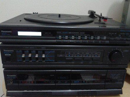 Toca disco, fita cassette para deck 1 e deck 2, rádio AM/FM, entrada para phone, som stereo tuner, duas caixas de som e visor digital.