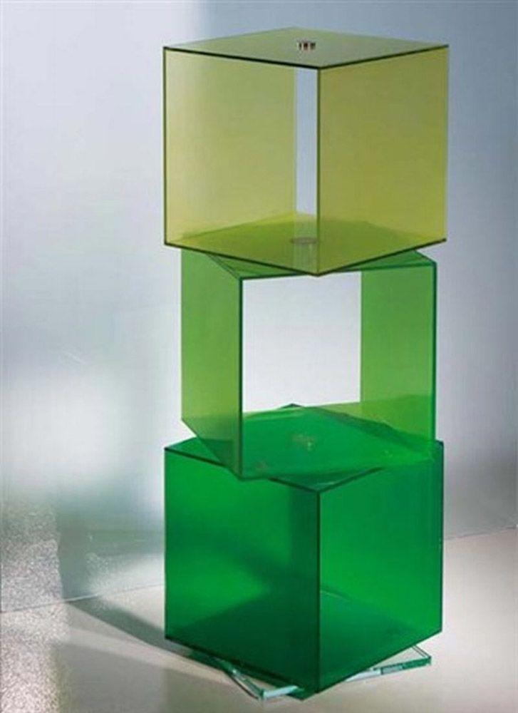 Contenitore Lay-Up by Rapsel Cubi multiuso impilabili a piacere, realizzati in vetro temperato verniciato e montati su una base girevole in vetro trasparente. Disponibile in diversi colori. Nell'immagine è proposta la composizione a tre elementi verdi sovrapposti.