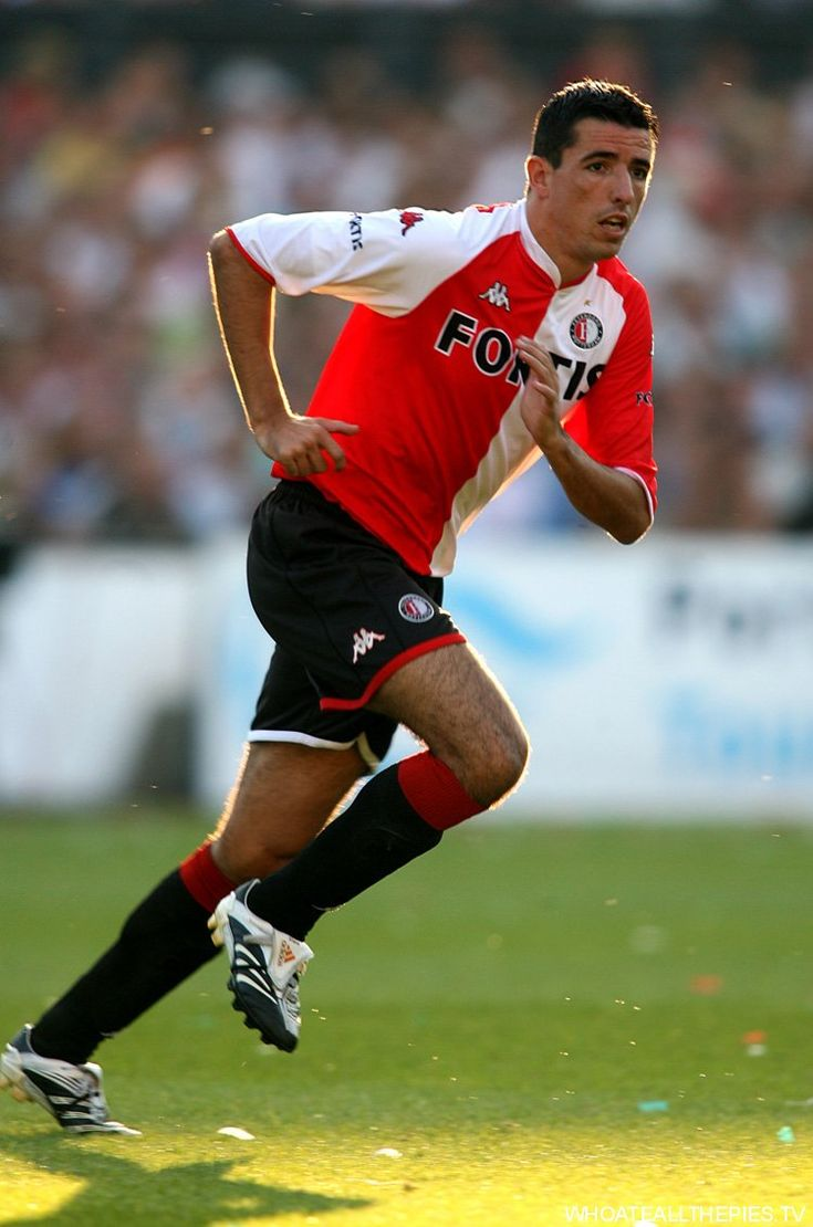 Roy Makaay (Feyenoord, 2007–2010, 83 apps, 36 goals) in action against Liverpool in 2007.