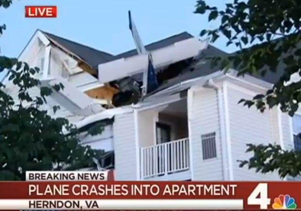 RENOVAÇÃO: Avião cai em prédio e piloto sai andando pela port...