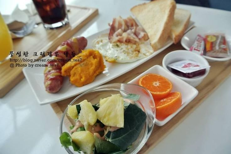 Air Cafe is a airplane theme brunch cafe located in Hongdae. You can experience special airline meal from countries such as England, Germany, Australia and Korea.