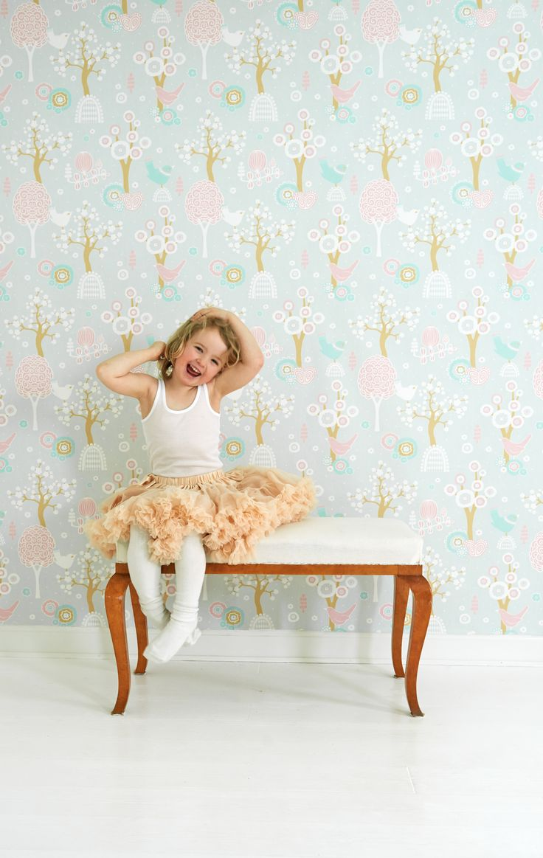Majvillan Wallpaper | Kidsroom | Jollyroom - http://www.jollyroom.se/produkter/majvillan-tapet-korsbarsdalen-turkos | #jollyroom