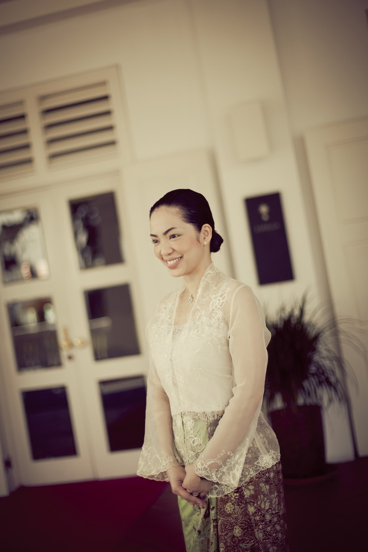 A friendly face to greet you when you arrive at Capella Singapore. Ritzelle is wearing a traditional Peranakan Kebaya.     #luxury #resort #smile #service