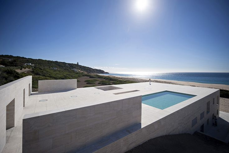 """A Cádiz Alberto Campo Baeza ha costruito un """"piano infinito"""" di fronte all'Oceano Atlantico, una casa che emerge dalla sabbia come una piattaforma di pietra."""