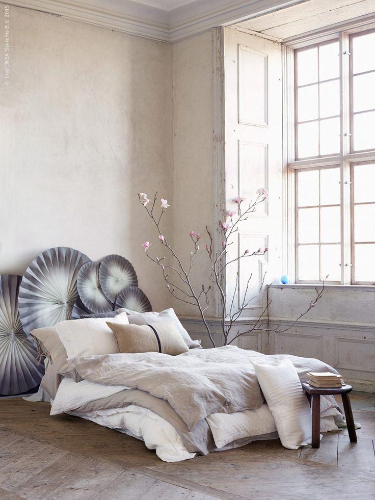 Sängkläder och kuddfodral i material som lin och jute  bidrar till en naturlig känsla i sovrummet. LINBLOMMA påslakan och örngott i 100 % lin. HELGONÖRT kuddfodral, beige/svart, 100 % jute, VITFJÄRIL kuddfodral, vit, FÄRGTON dekoration i papper. Stylist Camilla Krishnaswamy.