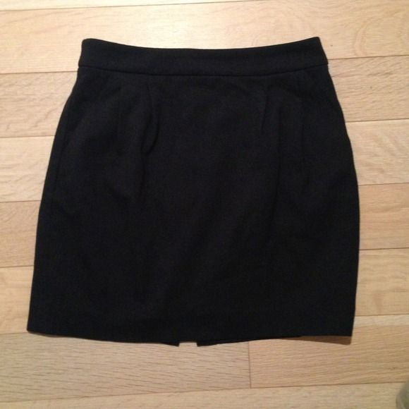 """Uniqlo black tulip skirt with pockets size 0 Black tulip shaped skirt from uniqlo. Features slight pleats, pockets and subtle 2"""" back slit. Worn a few times, true size 0 uniqlo Skirts"""