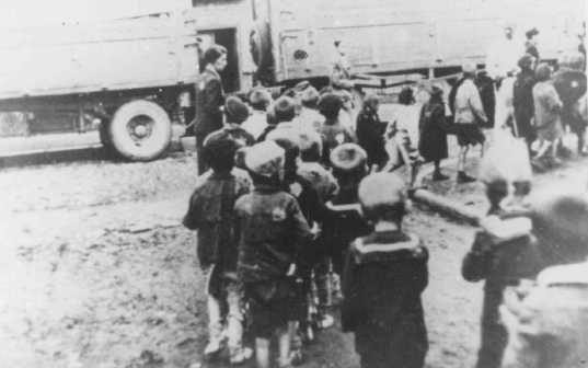 """Deportação de crianças judias do gueto de Lodz, Polônia, durante a ação """"Gehsperre"""" (toque de recolher), setembro de 1942."""