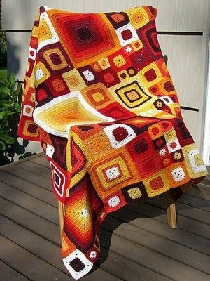 This is such a pretty afghan done in various sizes of squares!  Copertineaduncinetto.blogspot.com