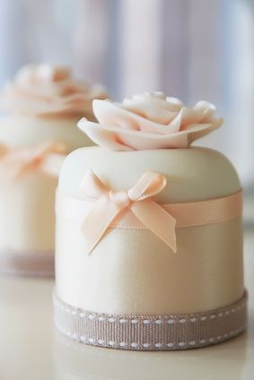 Mimi cakes with Peach flowers and ribbon