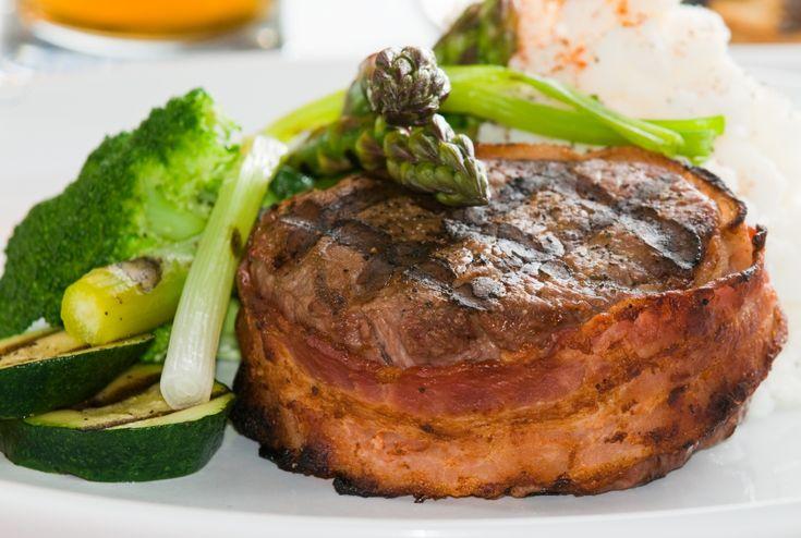 Este filete de carne va envuelto en tocino y queda muy jugoso. Puede estar listo en menos de 20 minutos.