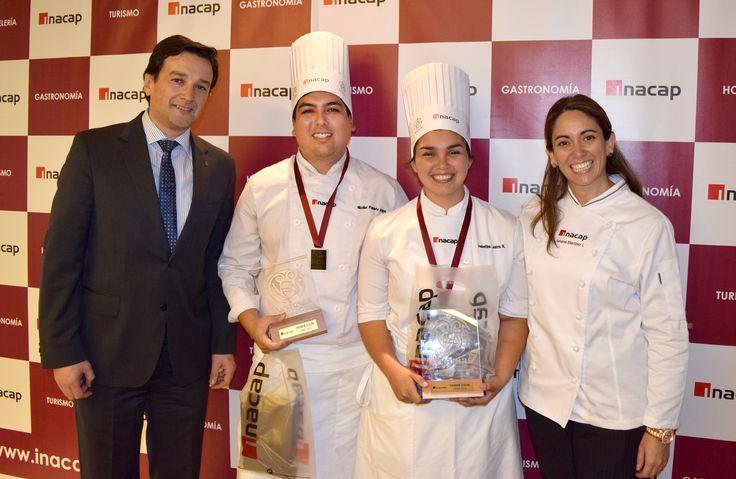 Franklin Carpenter y Susana Martinez junto a ganadores, Nicolás Poblete, Valentina Lastra.