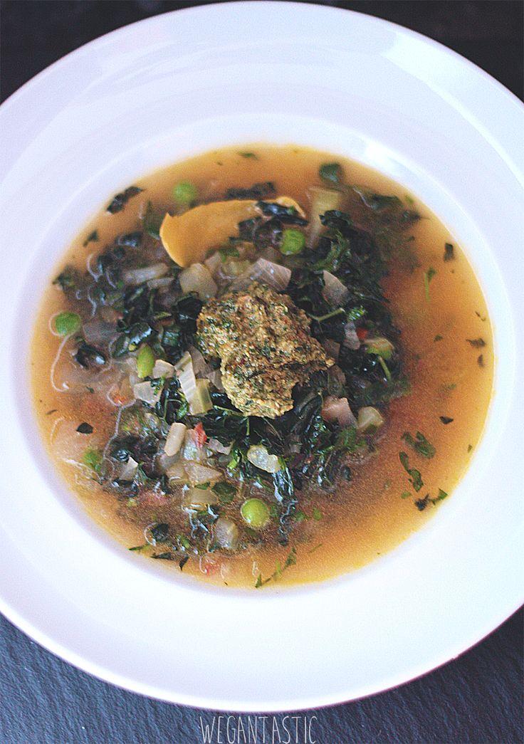 Wiosenna zupa z czarnym jarmużem i boćwiną z dodatkiem pesto.