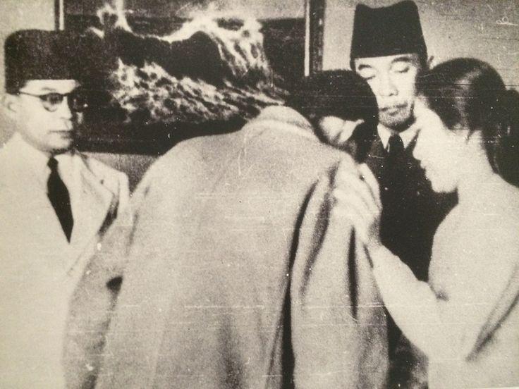 Jenderal Sudirman diterima Presiden Soekarno dan Moh. Hatta serta Ibu Fatmawati di Istana Negara setibanya dari bergerilya. Yogyakarta, 10 Juli 1949. (IPPHOS-Koleksi Museum Mandala Bhakti Kodam IV Diponegoro).