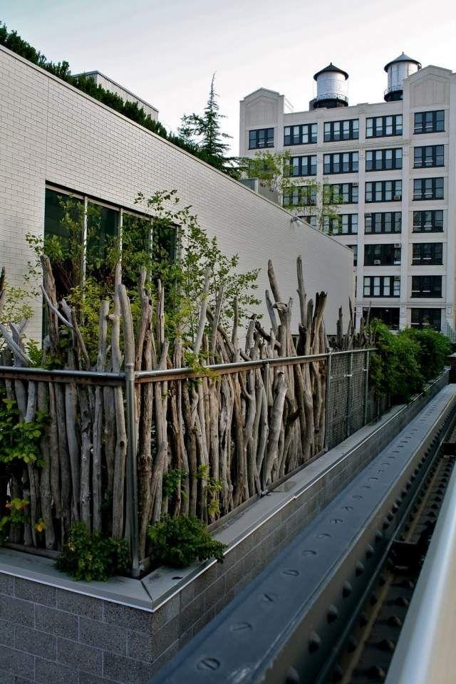 sichtschutz ideen holz zweige pflanzen rustikal aussehen