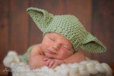 POPULAR Baby Yoda sombrero inspirado en Star Wars es ganchillo de bebé tamaño recién nacido, 0-3 m o 3-6m y es de género neutro para las niñas y niños. Se hace en un tono verde apagado con palillo de oídos y nervaduras en la parte inferior que puede contraer o estirar para un gran ajuste. Hace una foto dulce prop y es ideal para mantener poco unos caliente en clima fresco o frío aire acondicionado. Es un gran padre nuevo regalo y regalo de Navidad. Esta es una nueva adición a nuestra tienda…