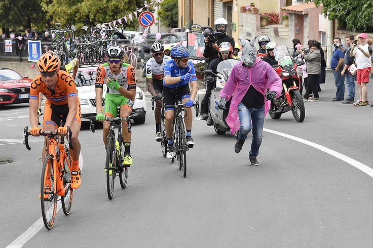 2 tappa Giro d'Italia 2017 La fuga si sgancia senza particolari difficoltà e vede ancora protagonista  Daniel Teklehaimanot (Dimension Data), a caccia di punti sia nei GPM che nei traguardi volanti. A fare compagnia all'eritreo ci sono stavolta  Simone Andreetta (Bardiani - CSF),  Evgeny Shalunov (Gazprom-RusVelo),  Lukasz Owsian (CCC Sprandi Polkowice) e  Ilia Koshevoy (Wilier Selle Italia), a rappresentanza di tutti e 4 i team Professional invitati a questa Corsa Rosa
