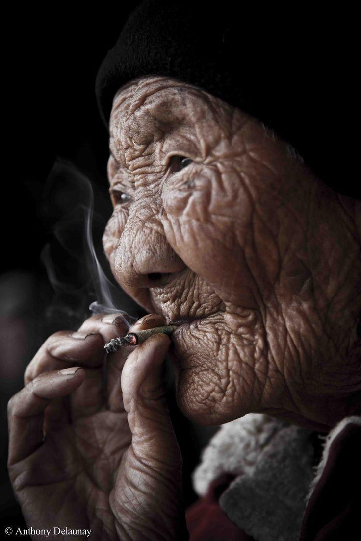 Que j'aime cette image de vieille femme indienne... Elle est si belle! Et si ses rides auraient tant d'histoires à raconter.