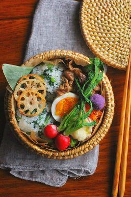 春菊の菜飯おにぎり豚肉の甘辛焼き茹で卵にんじんの明太子炒めキャベツのおかか和えさつま芋の天ぷら蓮根の胡椒焼き紫芋ボール二十日大根今日は「菜飯おにぎり」が主役のお弁当。菜飯は小松菜や大根、蕪の葉よりも春菊で作るのが好きです。いつも「ここに○○