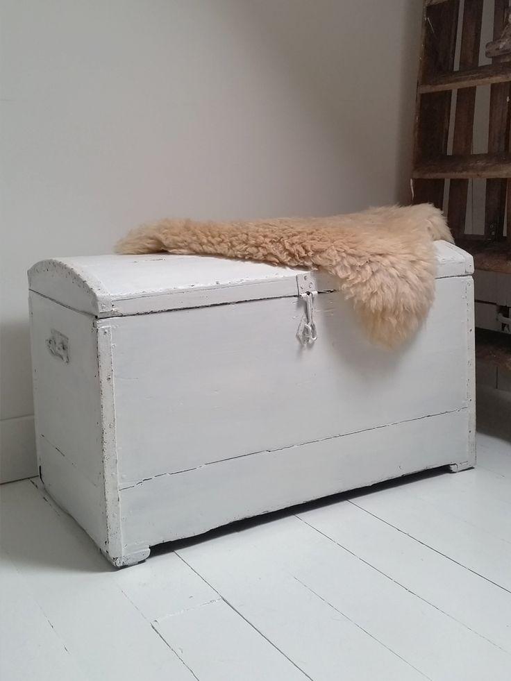 Deze stoere wit houten kist is een ware blikvanger in je interieur en een ideale manier om leuk op te bergen. Stop er al het speelgoed in van je kids of je warme dekens. De kist is een echte oude en heeft een verweerde uitstraling; de vintage kist heeft aan beide kanten een handvat. Aan …