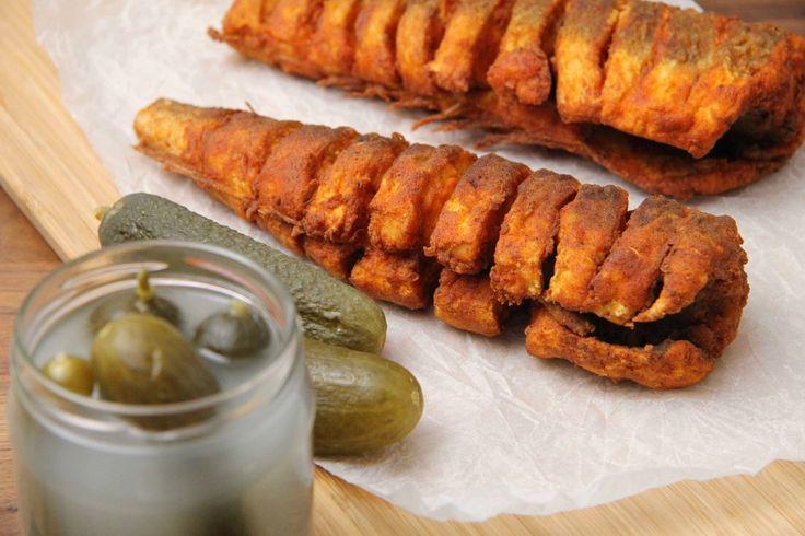 Sült hekk recept - Hozzávalók 2  db hekkhez A halhoz 2 db hekk 4 teáskanál só A bundához 150 g búzaliszt (BL55) 50 g fűszerpaprika A sütéshez 2 L étolaj