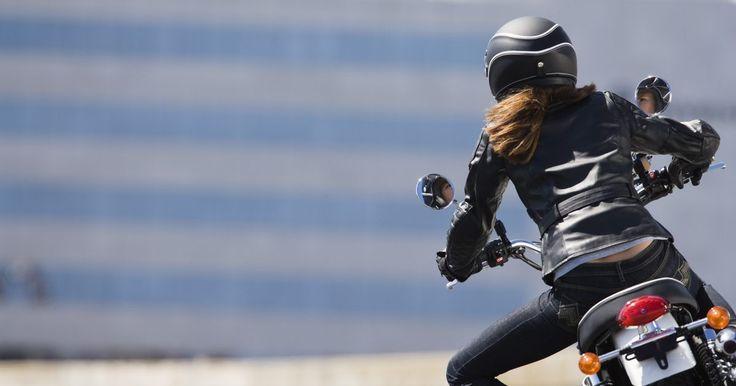Ideias para fantasia de motoqueira. Motoqueiros de verdade usam roupas de couro para proteger a pele enquanto estão dirigindo. Ao montar uma fantasia de motoqueira, é possível manter o couro e acrescentar acessórios divertidos inspirados no veículo. O resultado pode ficar sensual ou bobo dependendo dos itens escolhidos.