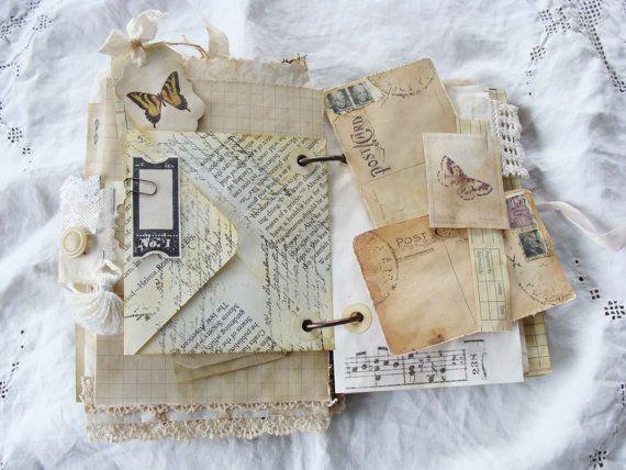 Ordure journal d'inspiration vintage unique avec couverture souple... Livre couvre construits à partir de toile de jute floral noir et beige doublé de mousseline beige. Couverture avant doté d'une fleur de tissu et dentelle à la main avec un Strass au centre et un noeud en organza. À l'intérieur de la couverture a une poche pure qui contient une étiquette et un petit livret. Une longueur généreuse d'organza déchiré est cousue à la quatrième de couverture et s'enroule autour d'un bouton sur…