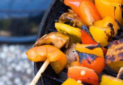 Brochettes de tofu et de légumes, sauce aux arachides