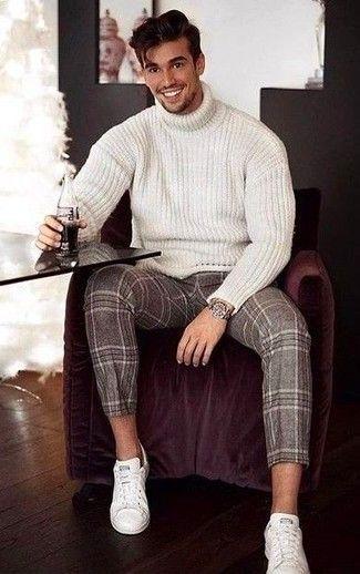 Tragen Sie einen weißen Rollkragenpullover aus Wolle und eine braune Wollanzughose mit Schottenmuster