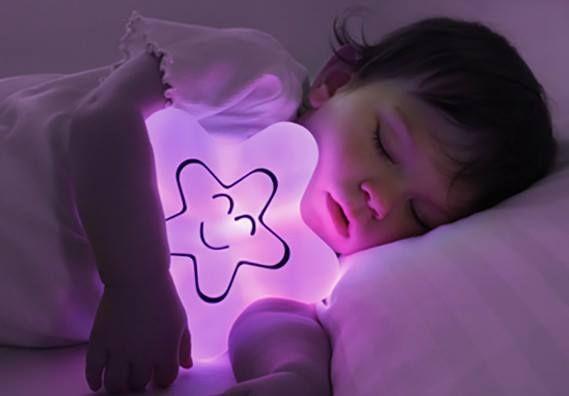 C'è chi nasce sotto una buona stella e chi ci dorme!  Si regge sulla base o si abbraccia. La trovate qui: http://ndgz.it/lampada-babylamp-40settimane Ideale per maschietti (blu o gialla), femminucce (viola o gialla) e come idea regalo per tutte le bimbe che si chiamano Stella ;D  #nanna #bambini #lampade #cameretta