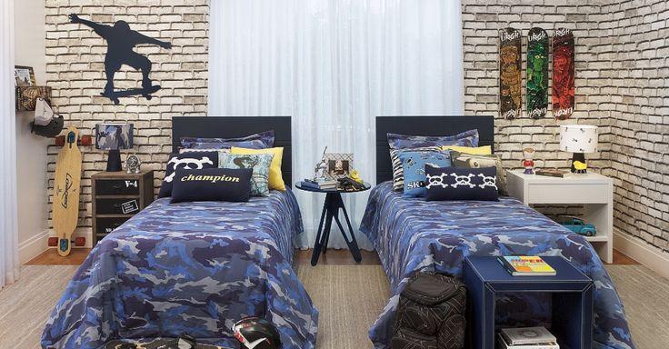 A designer de interiores Adriana Coelho escolheu um tecido de sarja de algodão para revestir o quarto de dois irmãos. A estampa de tijolos tem largura de 1,40 m e é colada na parede