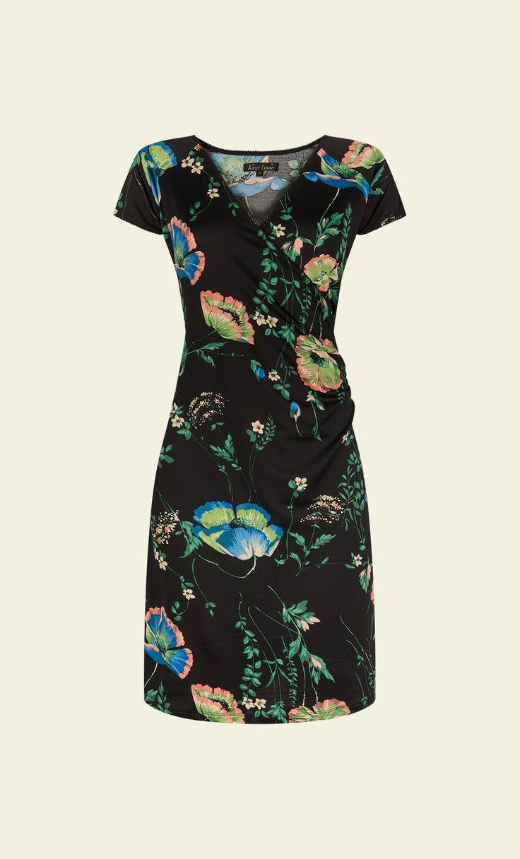 Het King Louie model in een zomers jasje. De Cross Dress is een van onze meest populaire jurken, dankzij de flatterende fit met vaste overslag en plooitjes in de taile. De gladde stof van gerecycled polyester voelt erg prettig en luchtig aan.
