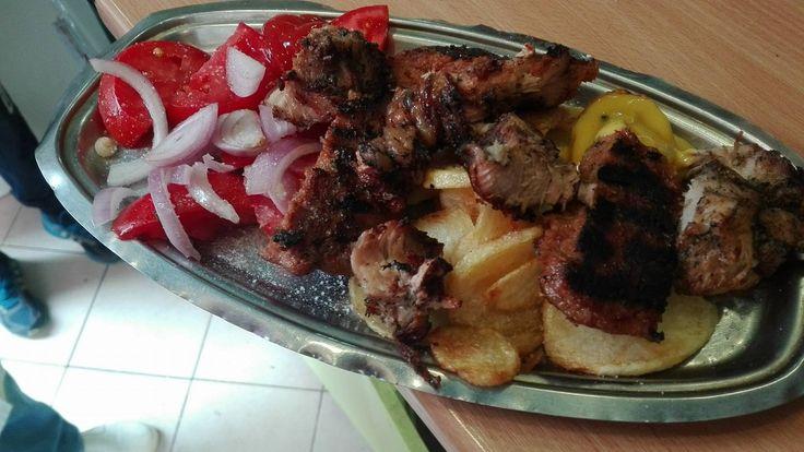 Χειροποίητα κρέατα ψημένα στα κάρβουνα, κρασί και τσίπουρο μόνο χύμα (δεν υπάρχει ρετσίνα), λαδόκολλα στον πάγκο , μπούκοβο, μουστάρδα, και ένας στενό...