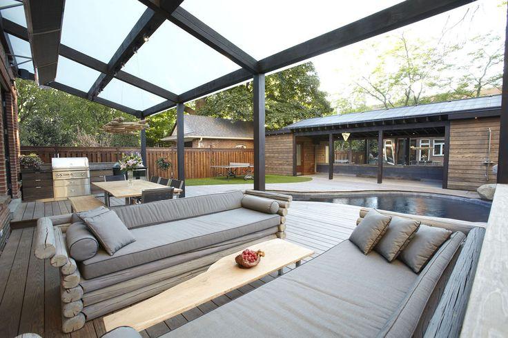 Terrasse-inspirasjon: Terrassebord fra Kebony på storslått terrasse med svømmebasseng i Canada