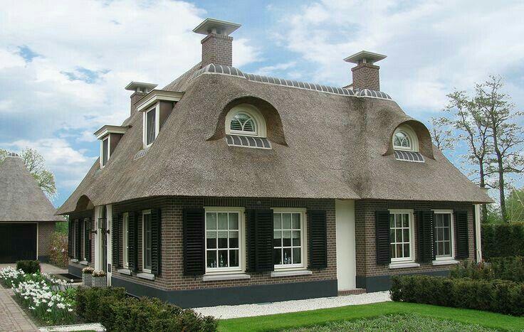 Landelijk huis, landelijke woning. Rieten dak.