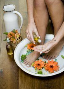 Nossos pés são a base de sustentação do nosso corpo e sofrem enorme desgaste ao longo do dia, após horas de atividade sem descanso. O escalda-pés, é uma maneira simples e eficaz de aliviar a tensã…