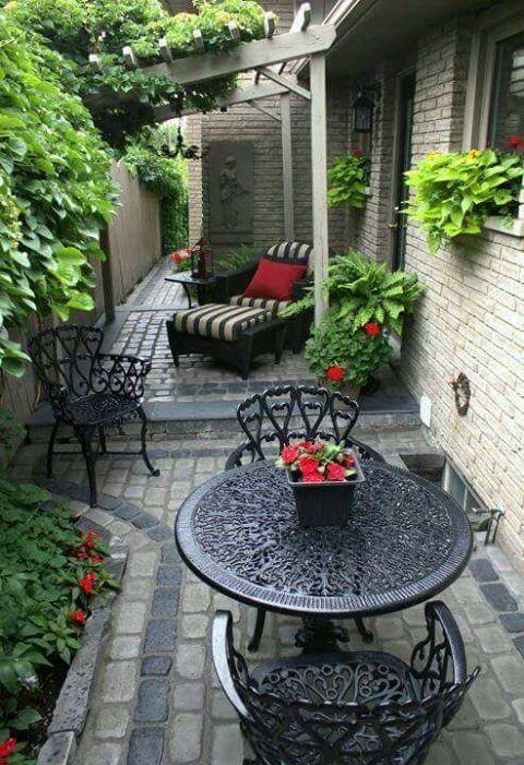 A imagem pode conter: pessoas sentadas, planta, mesa e atividades ao ar livre