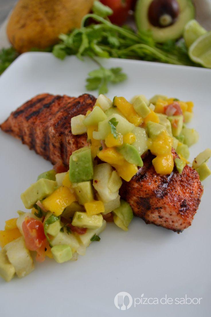 Aprende a cocinar este delicioso salmón al chile con ensalada de mango. Muy rápido de preparar, saludable, fresco y con mucho sabor.