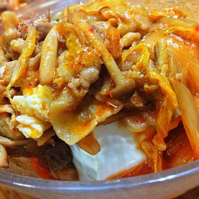 この前、テレビでグッチ裕三さんが作られていたのを、野菜盛りmix版でアレンジしました。予想外に水分多かったので、味の修正に手こずりましたσ(^_^;) - 40件のもぐもぐ - 野菜ぶたキムチonやっこ by chanKyss