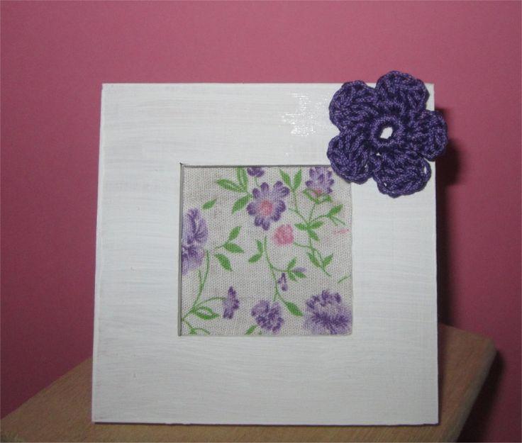Mini Cadre blanc décoré d'une fleur au crochet violet : Décorations murales par atelier-crochet