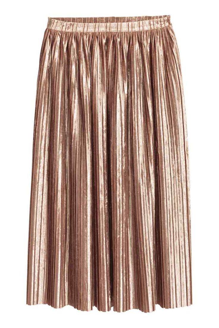 Plisowana spódnica: Plisowana spódnica z kreszowanego aksamitu. Kryty suwak z boku, niewykończony brzeg u dołu. Długość do połowy łydki.