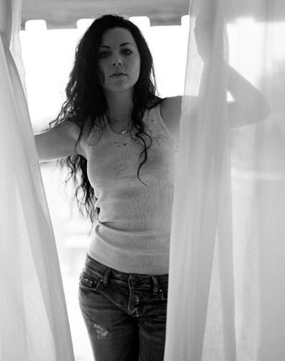 Celeb curlspiration: Amy Lee from Evanescence <3 Rare shot with wavy/curly hair. She rocks the long hair.
