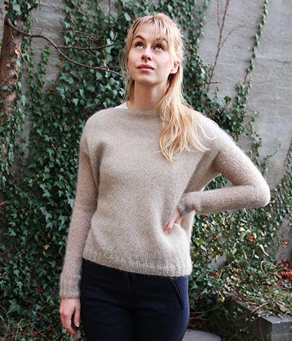 Denne genseren er bare strikket rett opp: ermene står egentlig rett til værs, men siden den er så vid så legger det seg fint og ser kul ut.