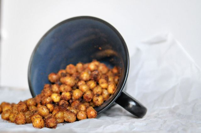 Toasted Ranch Chickpeas - better than any other movie night snack! || HeathersDish.com