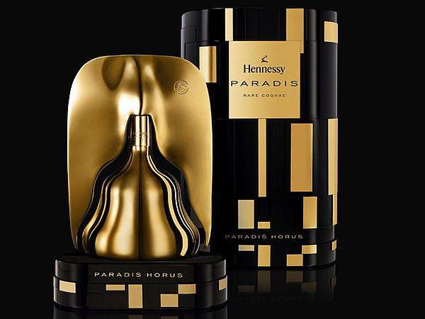 """Uma garrafa de conhaque ouro 18K """"Paradis Horus"""" de Hennessy foi concebido pelo designer italiano Ferruccio Laviani. É a forma de uma chama e inspirada em-Horus, o deus egípcio do dom. Designer também projetou em preto e dourado as embalagens de plástico . O conhaque interior é uma mistura de centenas de espécies raras eaux-de-vies, com idade compreendida entre 25-130 anos. Custa € 1.400."""